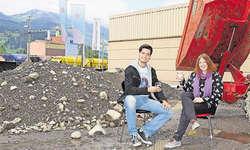 Dominic Zaalberg und Anna Reichmuth sitzen an der Stelle, wo im Frühjahr 2015 die Bühne ihrer Eventbar «Gaswerk» stehen wird. Bild Sandrine Hedinger