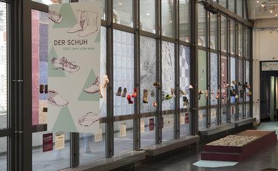 Auch moderne Schuhe sind Teil der Ausstellung