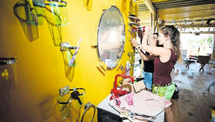 Die freiwilligen Helfer basteln und bauen: Sogar ein Badezimmer gibt es auf dem Festivalgelände. (Bild Stefan Kaiser)