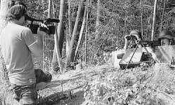 Filmemacher Stephan Huwyler (links) im Schussfeld des Beobachtungspostens, wo sich Peter Oberholzer (Mitte) und Armin Bamert postiert haben. Bild Paul Diethelm