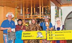 Der Vorstand der Sattler Fasnachtsgesellschaft (von links nach rechts Walter Sidler, Nadja Ulrich, Martin Moser, Anita Betschart und Esther Moser) präsentierte an der GV den Fasnachtskalender. Bild Nadja Tratschin