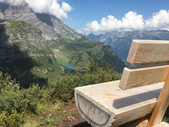 Glarner Bänkli auf dem «Chnüügrat» bei Braunwald mit Blick zum Oberblegisee. Bild: Braunwald-Klausenpass Tourismus AG