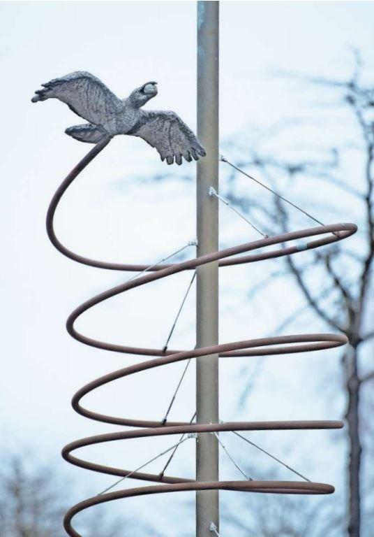 Seit dem Jahr 2000 dreht die «Rabenkrähe» im Zentrum von Cham ihre Runden. Die Zugerin Françoise Nussbaumer hat das Kunstwerk entworfen. (Bild Maria Schmid)