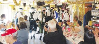 Gerngesehene Gäste: die Tiroler beim Tanz in einem von Rothenthurms Restaurant. Foto: Albert Marty