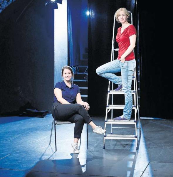 Engagiert und mit wachem Blick in die Zukunft: Madeleine Flury (links) und Giannina Masüger leiten künftig die Geschicke des Theaters im Burgbachkeller. (Bild Stefan Kaiser)