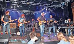 Die Dustyboots mit (von links) Zusatzmusiker Benschi Bows, Gitarre, Jim Bows, Gitarre, Erich Strasser, Schlagzeug, Alex Gwerder, Bandleader und Sänger, Patrick Gwerder, Bass, und Marcel Hertner, Keyboards, präsentierten alle Songs ihrer neuen CD.