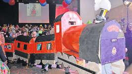 Im Vorfeld wurde viel Zeit ins Basteln investiert: Der Hogwarts-Express aus den Harry-Potter-Büchern und -Filmen fährt am Maskenball in Illgau ein. Bild: Guido Bürgler