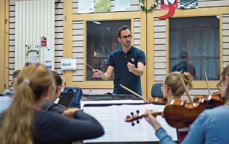 Probe des Orchesters Cham-Hünenberg mit dem musikalischen Leiter Samuel Nyffeler. (Bild Maria Schmid)