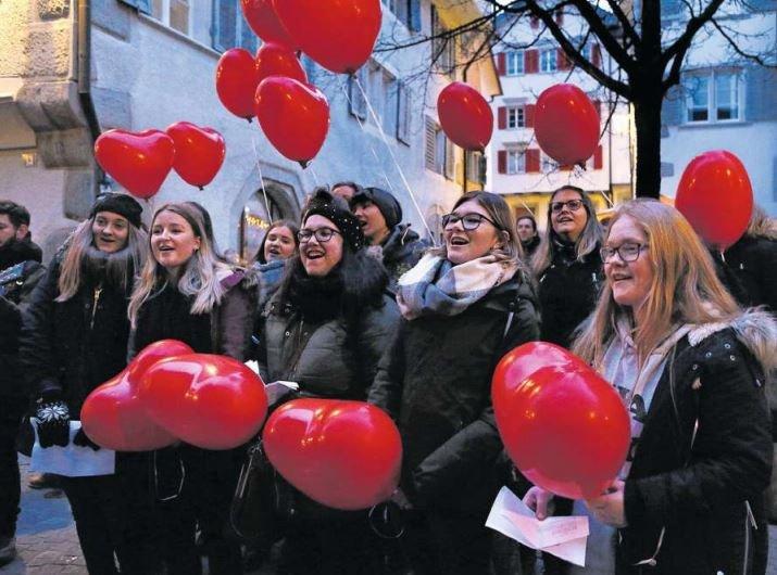 e Gesangsgruppen begeistern mit ihren Darbietungen. Im Bild die Gruppe Ten Sing aus Baar. (Bild Werner Schelbert)