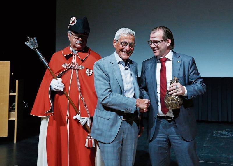 Gemeindepräsident Georges Helfenstein (rechts) überreicht Josef Huwiler den bronzenen Bären der Sparte Wirtschaft. Links im Bild Gemeindeweibel Peter Stalder. (Bild Stefan Kaiser)