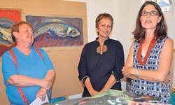 Die Künstlerin Regula Trutmann (Mitte) hat zusammen mit der Autorin Edith Schelbert-Bisig (rechts) ein Bilderbuch realisiert. Mit den beiden freut sich auch Verlegerin Rosmarie Bernasconi. Bild Silvia Camenzind