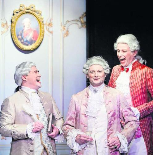 Die Gesandten amüsieren sich: Szene im Stück «De schwarz Schuemacher». (Bild Stefan Kaiser)