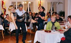 Tosender Applaus für die Darstellerinnen des «DinnerKrimis» – und auch für den wacker helfenden Gast. Foto: Kurt Fässler