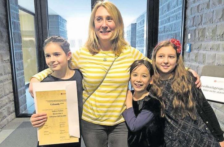 Die Klavierlehrerin Ivona Suma mit ihren erfolgreichen Schülerinnen. (Bild PD)