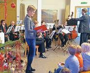 Mirjam Heinzer erzählte die musikalisch vomMusikverein Goldau untermalteGeschichte. Bild: Stefanie Henggeler