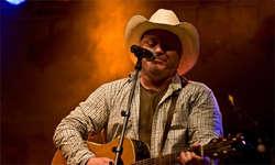 Marathon-Konzert: Der US-amerikanische Countrystar Doug Adkins unterhielt zusammen mit seinem Begleiter Johnny Bernhard während fünf Stunden die Fans auf der Beaver Creek Ranch in Rothenthurm.(bild: dougadkins.com)