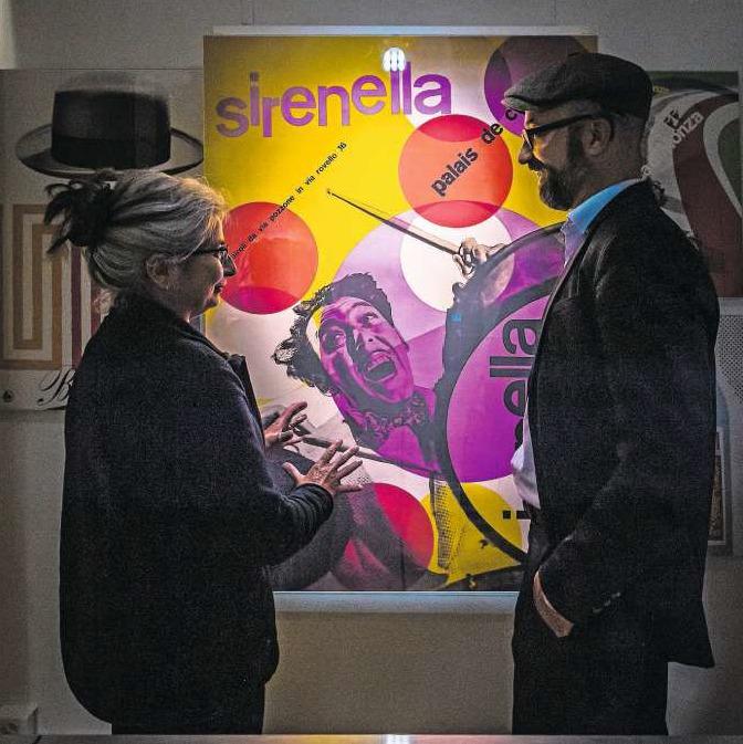 Maria Greco und Kurator Patrick Röösli, beide vom Vorstand Verein Kunstkiosk Baar, vor einem der typischen Plakate von Max Huber (1919–1992). (Bild Christian Herbert Hildebrand)