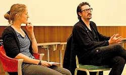 Erzählte über die Dreharbeiten und seine nächsten Projekte: Regisseur Michael Krummenacher (rechts) mit Podiumsleiterin Martina Clavadetscher. (Bild: Matthias Stadler)