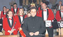Die Musikgesellschaft Reichenburg mit Dirigent Patrick Gründler (vorne) nach ihrem Adventskonzert in der Reichenburger Pfarrkirche. Bild Judith Kistler