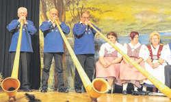 Das Alphorntrio Höfli brachte mit seinen dreistimmigen Melodien Wärme in die Buechberghalle. Bild Kurt Kassel