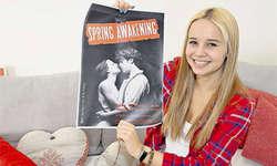 Arrangiert das Musical «Spring Awakening»: Die Immenseer Gymnasiastin Kim Fölmli steht für einmal nicht als Sängerin oder Musical-Darstellerin auf der Bühne. (Bild: Edith Meyer)