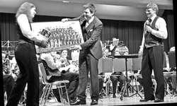 Nur ungern liess der Musikverein Wangen seinen Dirigenten Hans Peter Ulrich (Mitte) ziehen und gab ihm ein Andenken mit auf den Weg. Bild Simone Pflüger