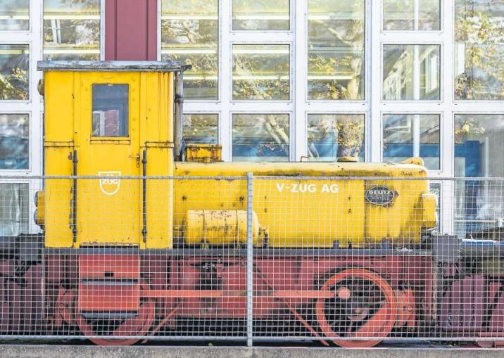 Seit Jahren ungenutzt auf dem Abstellgleis: die Diesellokomotive auf dem Areal der V-Zug. (Bild Patrick Hürlimann)