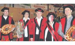 Markus Gräzer (Mitte) mit den geehrten Vorstandsmitgliedern und neuen Narren der March: (v. l.) Christian Holenstein, Priska Diethelm, Tamara Pajarola und Franz Luchsinger. Bild Kurt kassel