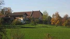 Unser aktiver Bauernhof liegt an ruhiger, aussichtsreicher Lage mit Blick auf die Stadt Burgdorf und den Jura. Unsere Hauptbetriebszweige sind Milchwirtschaft und Ackerbau. Viele verschiedene Tiere bereichern den Bauernhof. In unserem 300 jährigen Bauernhaus vermieten wir eine Ferienwohnung für 6 Personen, im Stöckli daneben 2 Doppelzimmer für 4 Personen als BnB und für 6 Personen steht ein kleines Matratzenlager zur Verfügung. Sehr beliebt ist bei uns auch das Schlafen im Stroh. Gerne bewirten wir Gruppen bis 50 Personen in unserem heizbaren Partyraum. Sei es ein reichhaltiger Brunch, ein Apéro, ein Grillplausch oder ein einfaches Nachtessen. Ideal für Schulklassen, Vereine, Familien