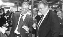 Autor Bruno Reihl (rechts) und Verleger Gregory Zäch sind zufrieden und stossen auf die gelungene Präsentation des Erstlingswerks an.