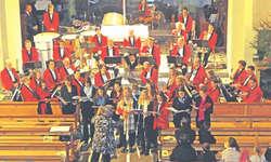 Die Musikgesellschaft Reichenburg stimmte zusammen mit Kantonsschülern besinnlich auf die Adventszeit ein. Bild Paul Diethelm
