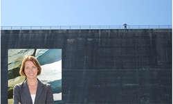 Die Bächer Künstlerin Maya Lalive wird an der Albignia-Staumauer am 5. August ihr 1300 Quadratmeter grosses Bild montieren. Bild www.mayalaliveart.ch