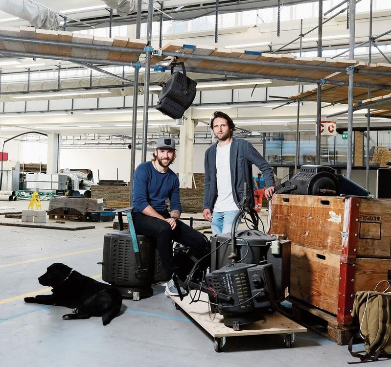 Markus Kragler (links), Betriebsleiter des Projekts «Freiruum», mit Inhaber Michael Federle in der Shedhalle. (Bild Stefan Kaiser)