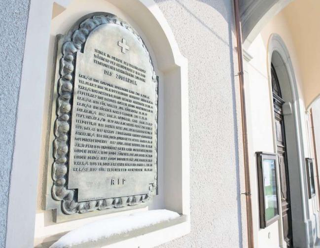 17 Namen von verstorbenen Zuger Soldaten und Offizieren trägt die Gedenktafel in der Wand neben dem Eingang zur Kirche St.Vitus in Morgarten. Geschaffen hat sie ein seinerzeit gefragter Kunstgiesser. (Bild Maria Schmid)