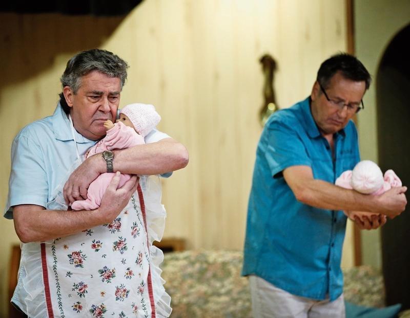 Peter Rindlisbacher als Rupert Frisch (links) und Ruedi Vogt als Robi Harzenmoser bei einer Probe zur Komödie «Schatz, i bi doo» des Seniorentheaters St.Johannes. (Bild Stefan Kaiser)