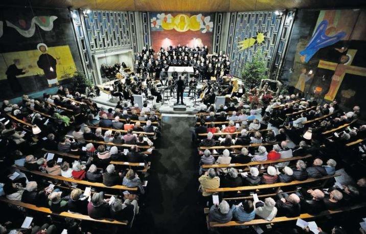 Die Kirche Bruder Klaus in Oberwil war am Sonntag bis auf den letzten Platz gefüllt. (Bild Stefan Kaiser)