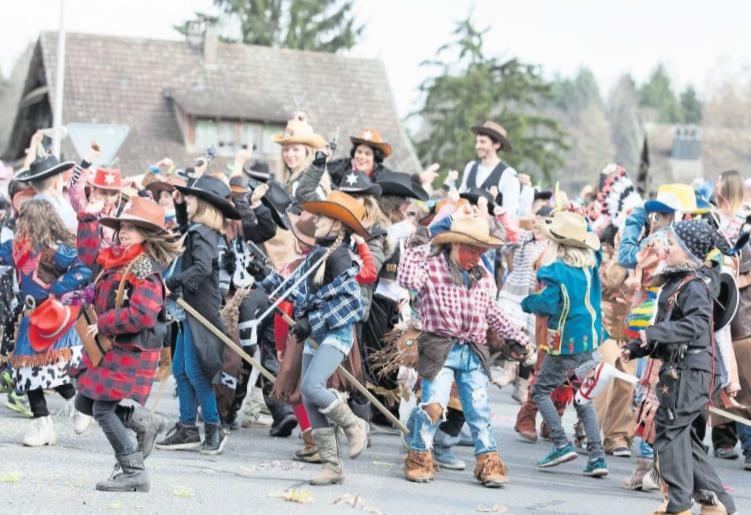 Ob Cowboys und -girls, Vikinger oder weitere Maskeraden, der Umzug in Rotkreuz bot für jeden etwas. (Bild Matthias Jurt)