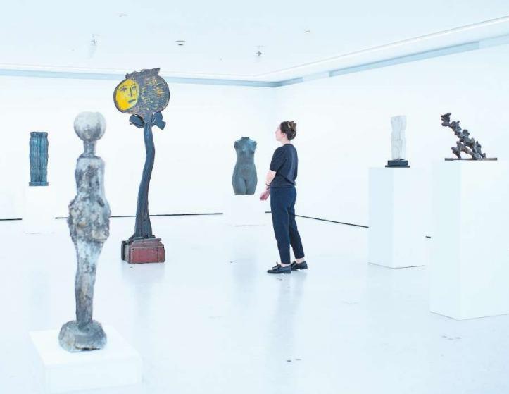 Figurale Objektkunst wird in einen Raumkontext gestellt. Einige der Exponate werden im Kunsthaus Zug zum ersten Mal in einem solchen Rahmen präsentiert. (Bild Maria Schmid)