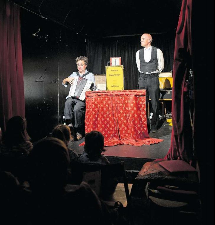 Das Berner Duo Gilbert&Oleg verzaubert die Besucher in ihrem «Fahriété». (Bild Maria Schmid)
