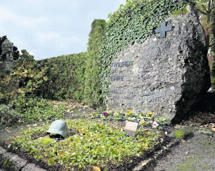 Dieses Grab erinnert an die Schweizer Soldaten, die im Ersten und Zweiten Weltkrieg zu Tode kamen. (Bild: Stefan Kaiser)