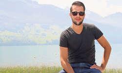 Robin Tune auf seiner Terrasse in Brunnen, wo auch ein Teil des Videoclips zu seiner Single gedreht wurde. Bild Sandrine Hedinger