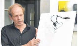 Der Künstler Martin Christen stellt zurzeit im Restaurant des «Hotels zum Hirschen» in Schindellegi in einen Teil seiner gut 150 Werke aus. Bild Hans Ueli Kühni