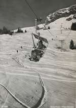 Auch zu sehen in der Ausstellung «Gondelträume und Aussichten» im Das Gelbe Haus in Flims ist die erste kuppelbare Sesselbahn der Welt, die 1945 in Flims entstand. Hier eine Ansicht der Verbindung Flims-Naraus mit querfahrenden Sesseln. Diese erlaubten eine unverstellte Sicht auf das Panorama.