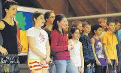 Die Mädchen und Knaben der 5. Klasse stellten das Ensemble und spielten bravourös.