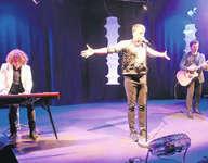 Michael von der Heide, begleitet am Piano von Daniel Gisler und von Martin Buess an der Gitarre/Mandoline. Ein ausdrucksstarkes Trio in verschiedenen Musikgenres. Bild: Monika Neidhart
