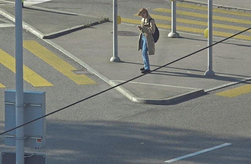 Eine Szene aus dem Film: Alice läuft durch die Strassen und kontaktiert ältere Frauen. (Bild: PD)