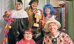 Vorstand Fasnachtsgesellschaft Sattel (hinten, von links): Martin Moser (Vize-Präsident), Anita Betschart mit Nüssler-Stab (Präsidentin), Esther Moser (Kassiererin), (vorne) Nadja Ulrich (Verantwortliche Sponsoring), Wädi Sidler (Aktuar).