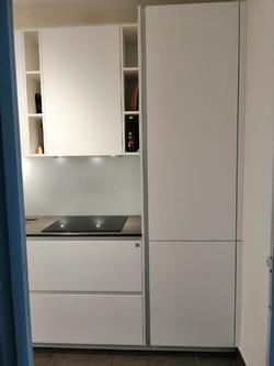 Eingang Küche mit Blick auf Kühlschrank/Gefrierschrank und Herd