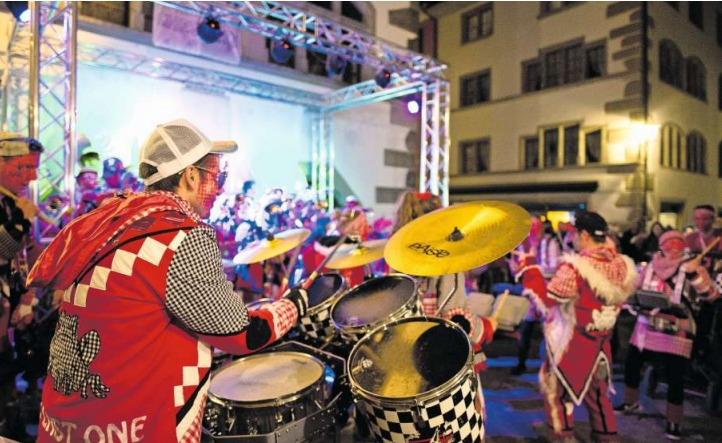 Die teilnehmenden Guggenmusiken werden sich am 4. März nicht nur musikalisch messen. Das untere Bild zeigt das Organisationskomitee der Guggen-Challenge (von links): Fabienne Pfister, Adrian Rogger und Reto Kalkhofer. (Bilder Maria Schmid)