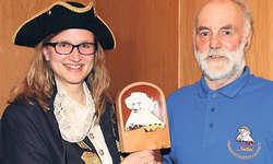 Charme löst Erfahrung ab: An der GV der Fasnachtsgesellschaft Sattel übergab Gemeindepräsident Adolf Lüönd Präsidentin Anita Betschart den Nüsslerstab und die Macht über das Dorf.
